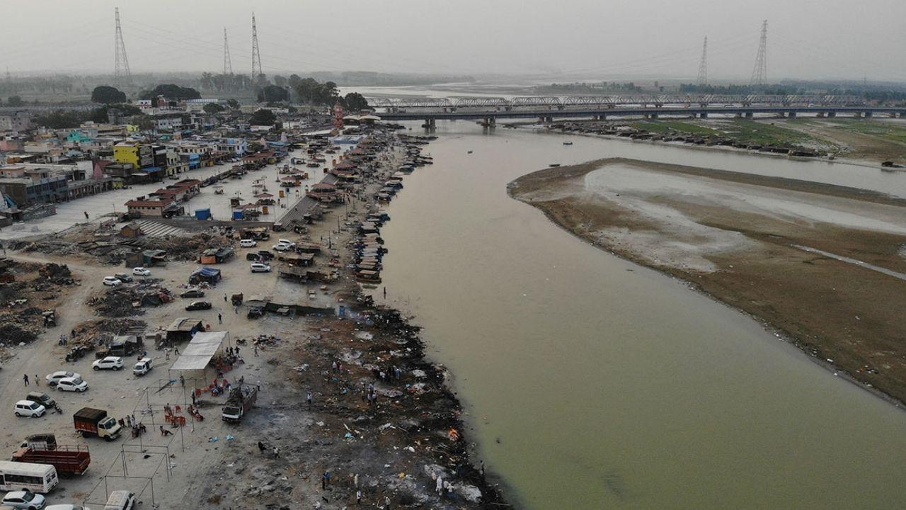 En India arrojan los cadáveres víctimas del covid-19 a un río