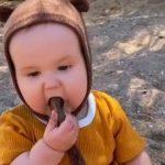 bebe come piedras y arena