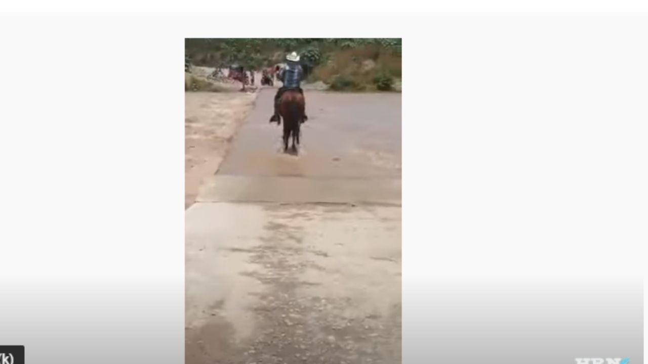 Video capta cuando campesino hondureño es arrastrado junto a su caballo por crecida de río en Cofradía