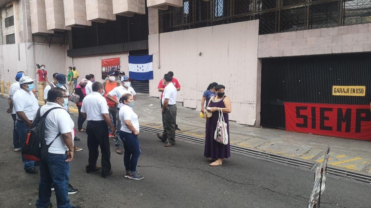 Empleados públicos protestan y bloquean calles en el centro de Tegucigalpa ante falta de pago