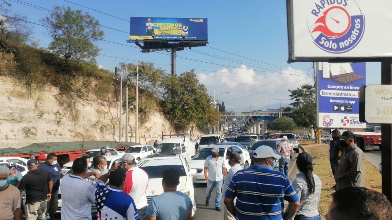 Taxistas realizan paro de labores en diferentes partes de Honduras exigiendo el pago de bono