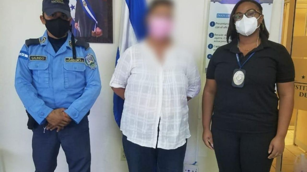 Maestra estadounidense es detenida por 'vivir ilegalmente' en Honduras