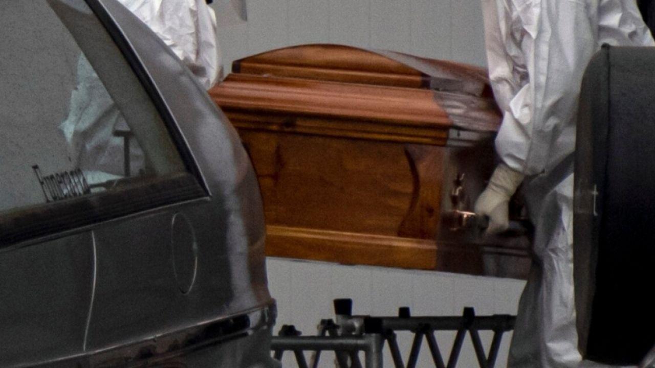Boliviana va al cementerio, desentierra a su madre y duerme con el cuerpo durante tres noches