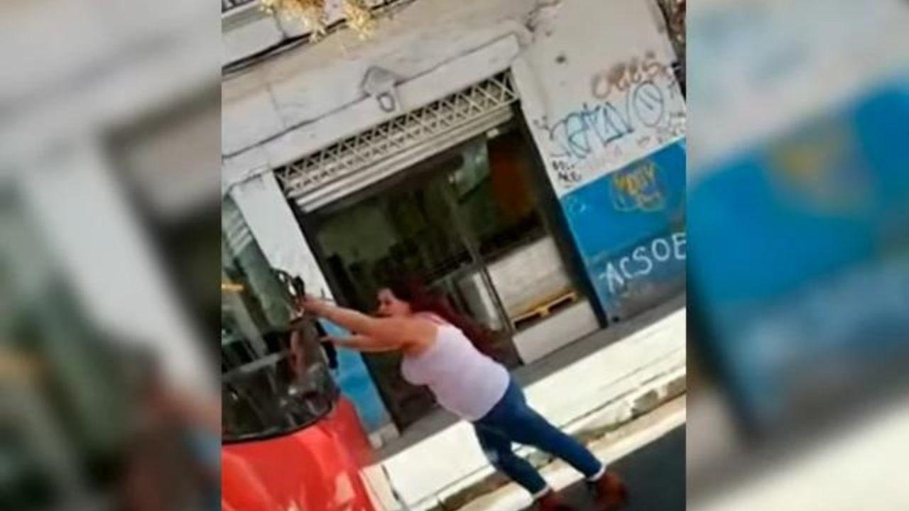 Video capta a mujer que intenta detener un bus en movimiento que chocó su carro