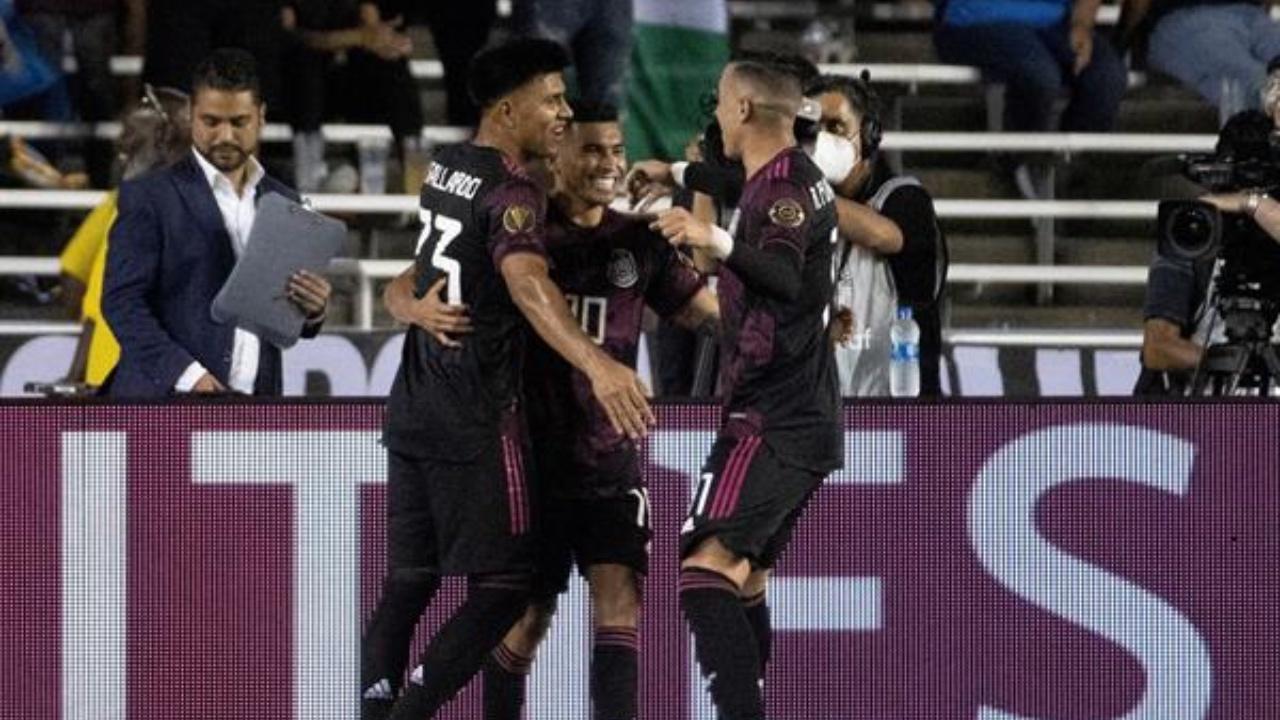 México vence a El Salvador y se queda con el primer lugar del grupo A