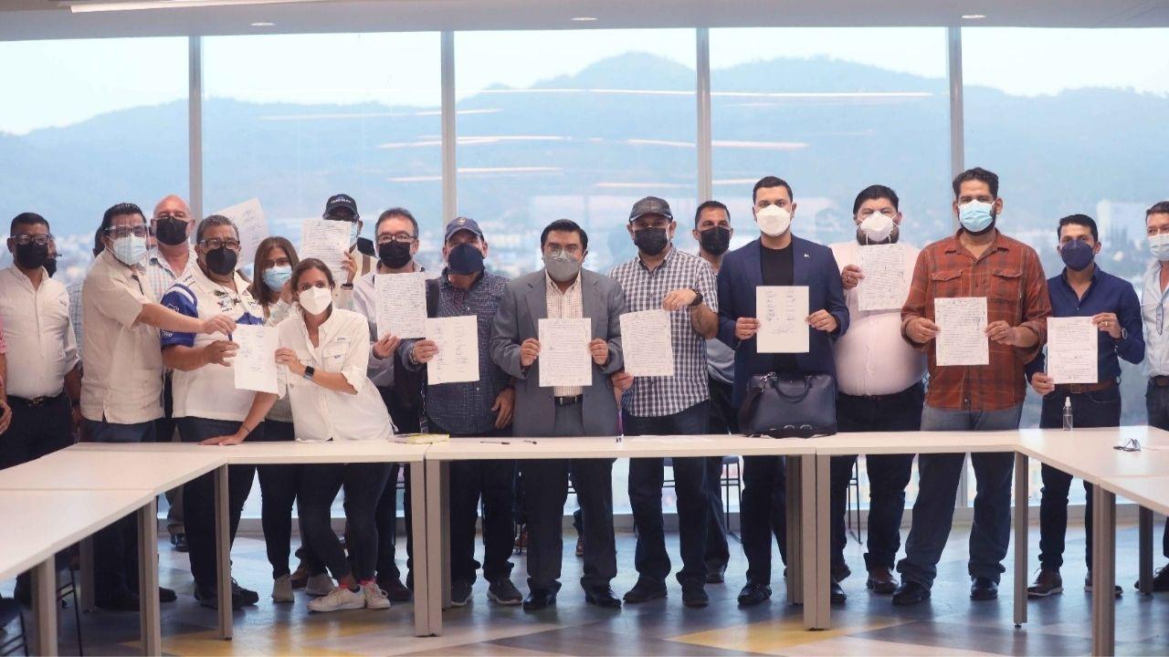 Transportistas y autoridades del gobierno de Honduras firman acuerdos para solucionar problemática en el sector