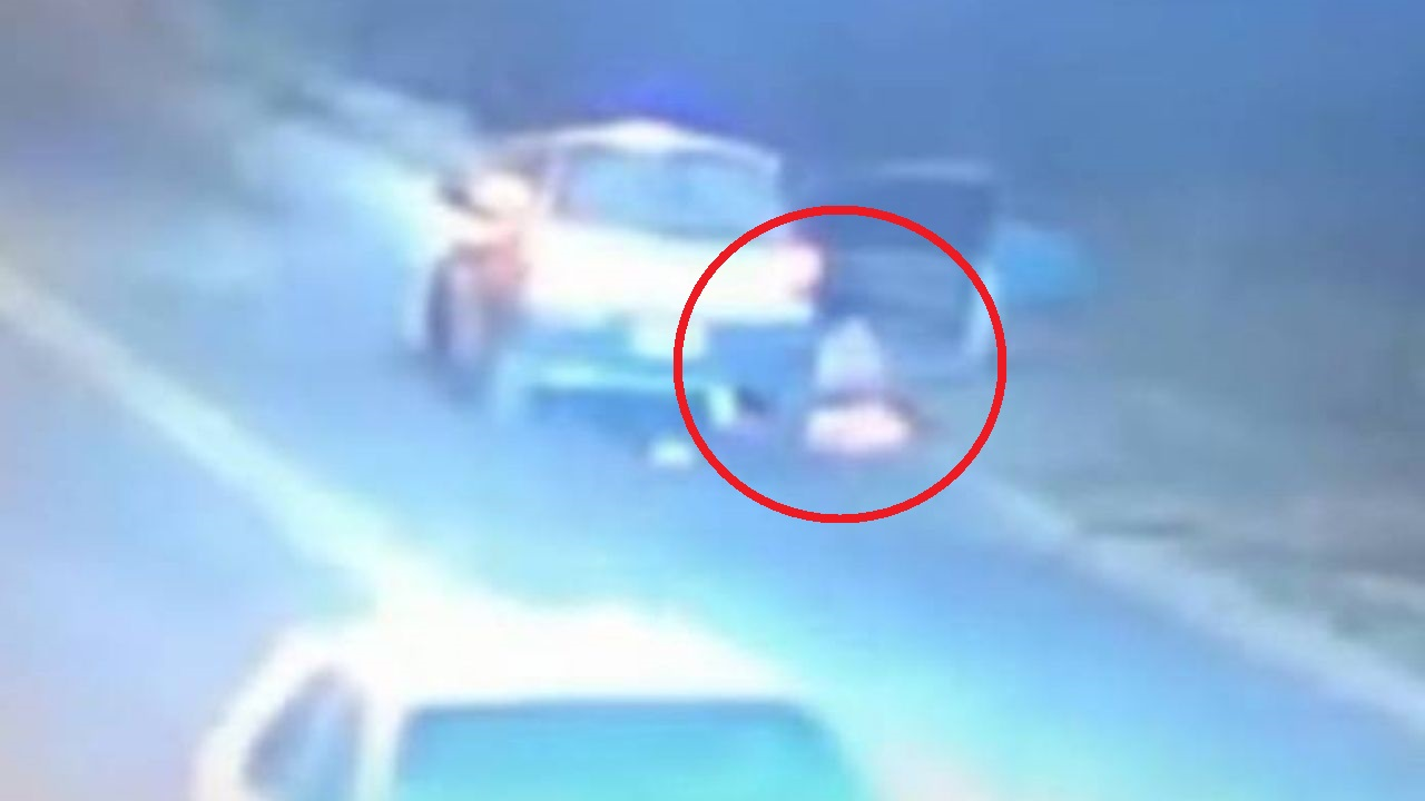 Mujer se lanzó de un carro con sus hijos en brazos para escapar de una agresión de su pareja