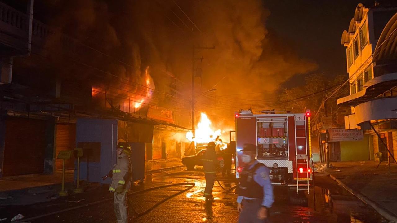 Voraz incendio en varios locales comerciales en el mercado Medina de San Pedro Sula, Honduras