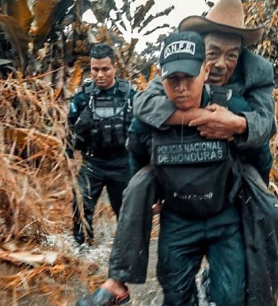 policía carga en su espalda a anciano en honduras