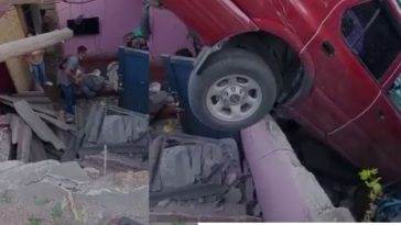 Personas auxilian a afectados tras caer casa sobre su vivienda en honduras
