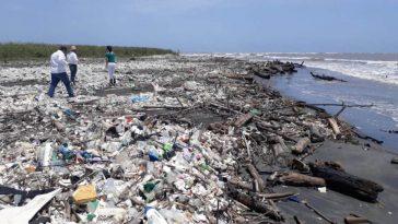 Basura en la playa de Omoa Honduras