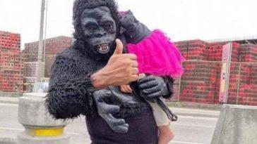 Hombre pide con una sus hijas