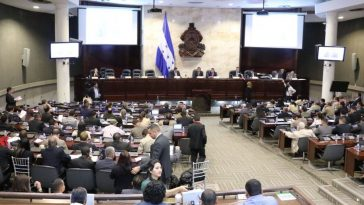 diputados de las diferentes bancadas politicas en sesion parlamentaria en Honduras