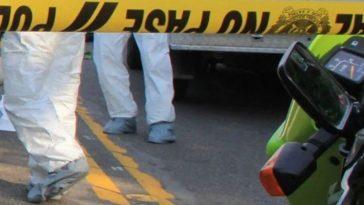 Pies de personal forense en accidente donde murio joven a manos de taxista en colombia