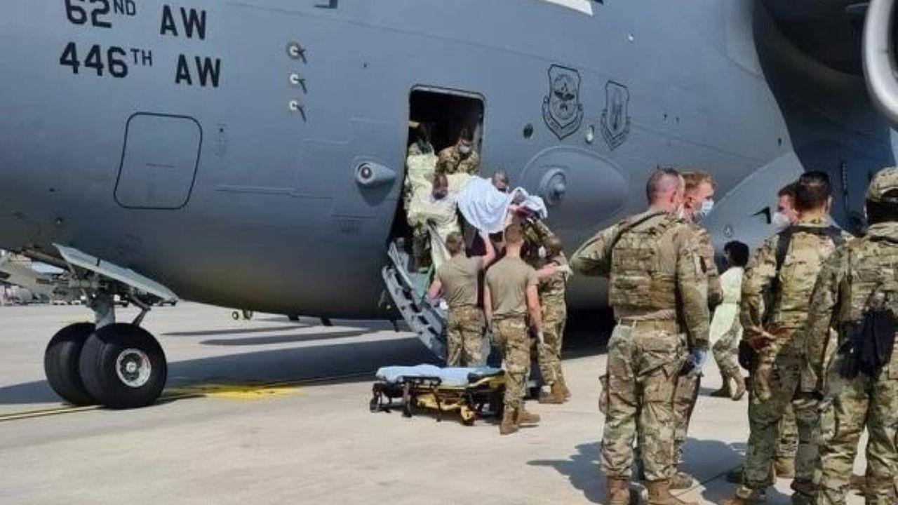 Mujer afgana da a luz a una niña en avión de la Fuerza Aérea estadounidense