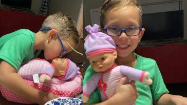 niño luce feliz abrazado a una muñeca comprada por su madre en puerto rico