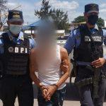 policías sujetan a pandillero