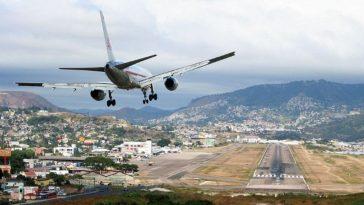 avion sobrevuela ´pista de aterrizaje en honduras