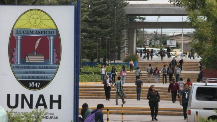 estudiantes ingresando a la universidad nacional de honduras