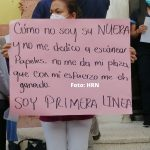 empleada de salud protesta con pancarta en mano reclama por plaza permanente