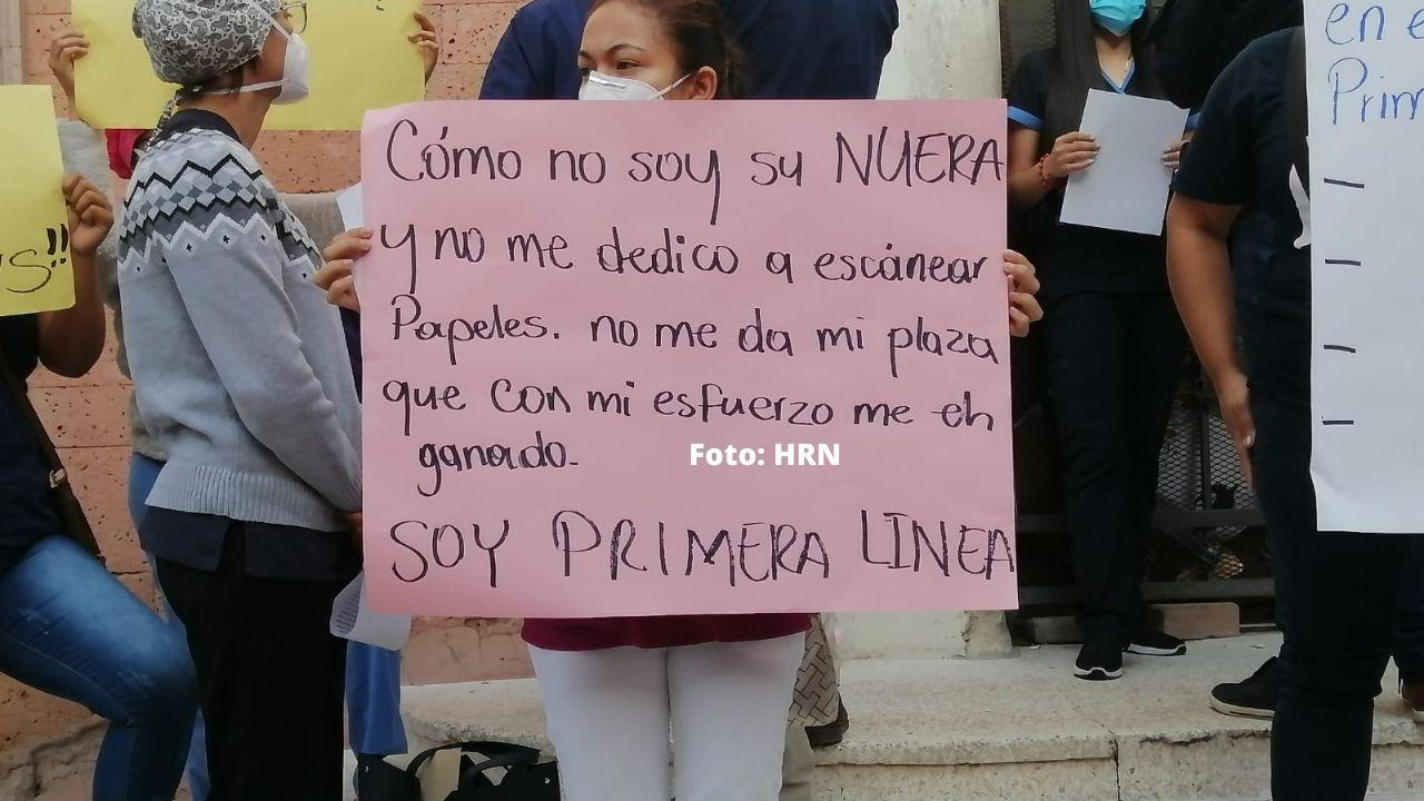 'Porque no soy su nuera no me da una plaza', empleada de Salud reprocha a ministra Alba Flores durante protesta