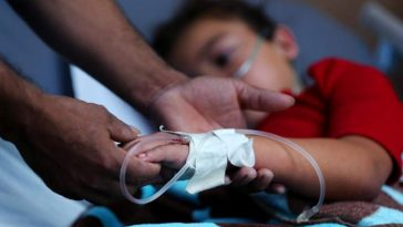 niño con covid es atendido por personal medico