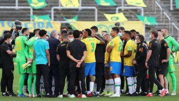jugadores de brasil en el terreno de juego