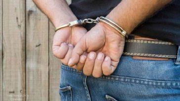sujeto son sus manos enchachadas tras cometer delito