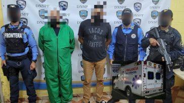 detenidas dos personas, agentes policiales los reguardan