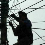 persona trabajando en tendido electrico