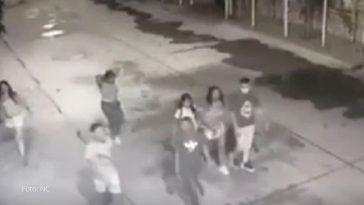 siete jovenes caminando por la calle