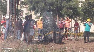 pobladores de colombia muestran asombrados por caida de meteorito
