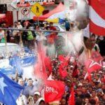 personas con sus banderas de los tres partidos politicos tradicionales en honduras