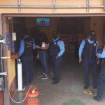 agentes policiales ejecutan allanamientos en la capital hondureña