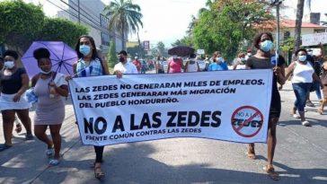 personas con pancarta en mano exigen no a la instalacion de las zedes