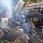 Casa envuelta en llamas
