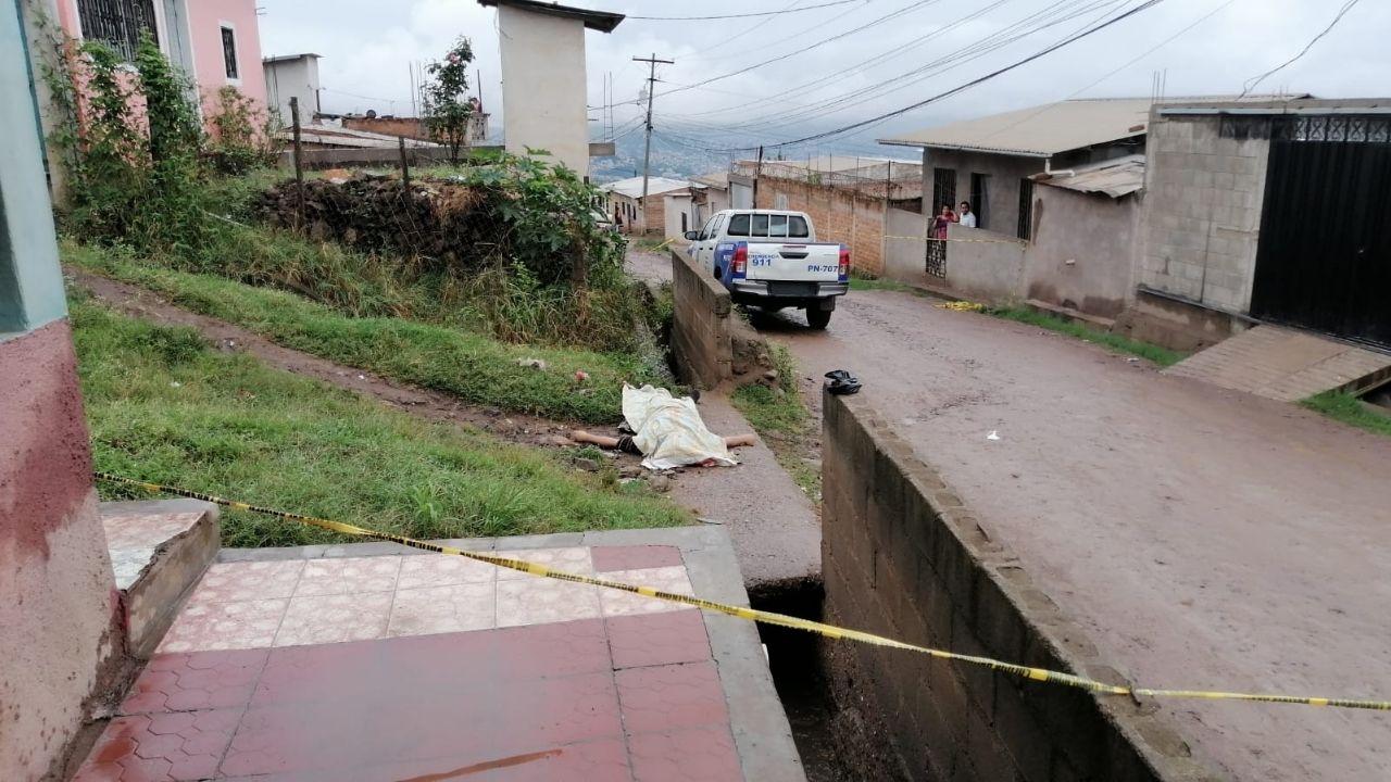Lluvias dejan un muerto en la capital: hondureño resbaló e impactó su cabeza sobre una acera