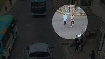 dos hombres caminando por el mercado