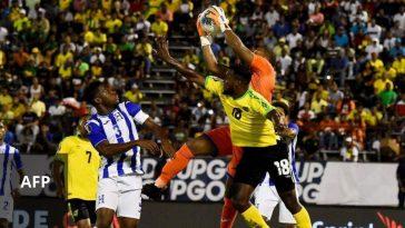 """Luis """"Buba"""" López ataja un balón en un partido entre Honduras y Jamaica"""