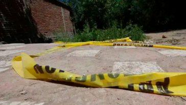 cinta amarilla en el solar de una casa en argentina