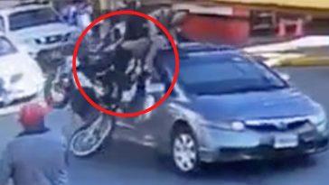 impacto de motocicleta con un automóvil