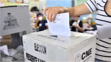 Una mujer ejerce su voto en las elecciones de Honduras.