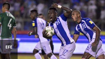 Alberth Elis y Eddie Hernández celebran un gol contra México
