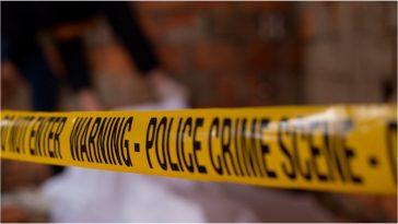 Una cinta amarilla de autoridades policiales muestra el lugar de una escena del crimen.