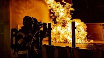bombero apagando vivienda