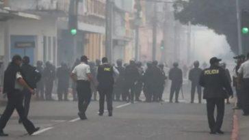 militares veteranos queman carros en guatemala