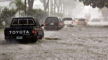 carros circulan por calles inundadas en honduras