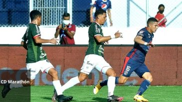 jugadores de Motagua y Marathón disputan un balón