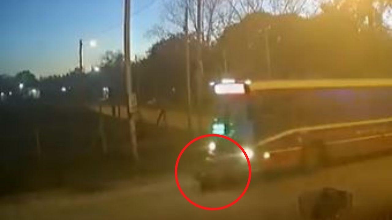 Imágenes fuertes: Mujer corrió a tomar el bus, pero el conductor no la miró y murió atropellada