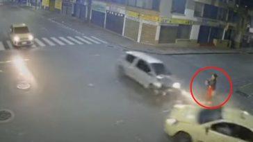 La mujer quedó en medio de los carros